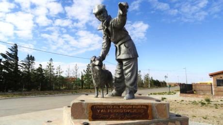 Monumento al Peon Rural y al Perro Pastor